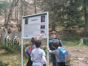 туристи посещаващи паметника на Йордан Митрев